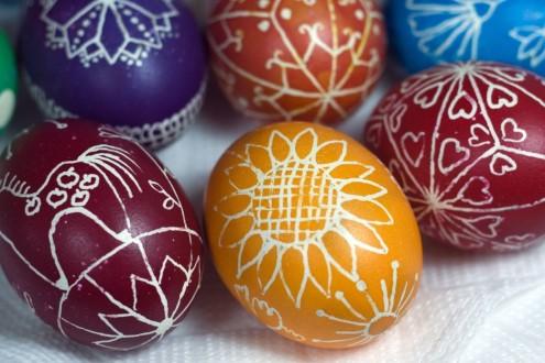 Окрашивание яиц сахарной пудрой