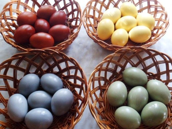 яйца натуральными красителями